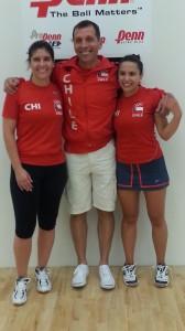 Foto:  La dupla chilena integrada por Ángela Grisar y Carla Muñoz, acompañadas por el DT Pablo Fajre, fue la única medalla para Chile en el Mundial de Racquetball de Canadá. (Foto: Prensa Racquetball)